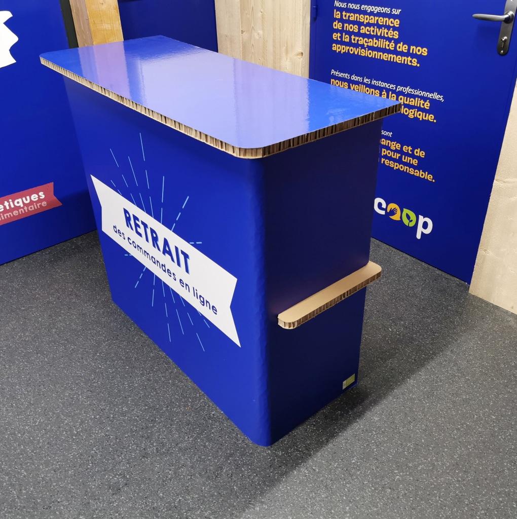 Borne de retrait en carton recyclé / recyclable. Mobilier en carton sur-mesure. Fabrication 100% Made In France.